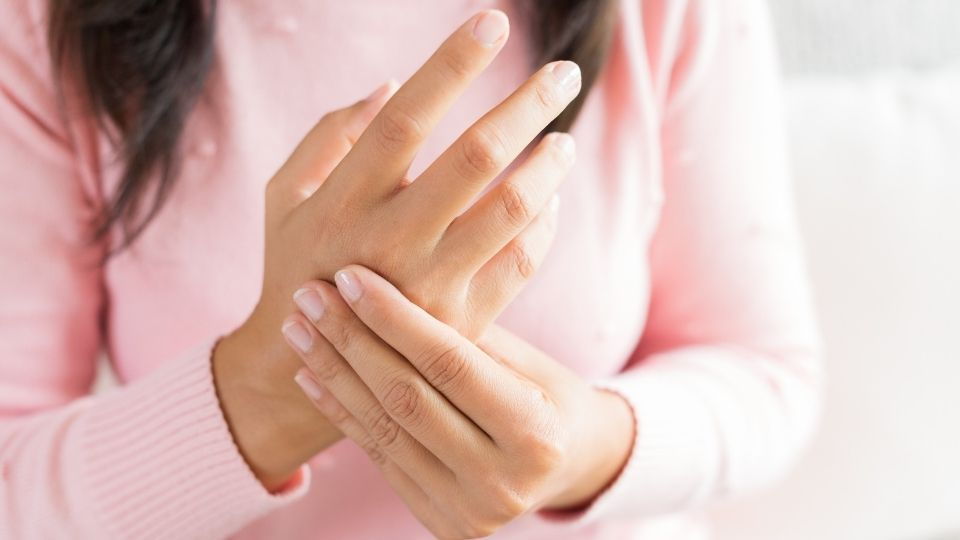 woman handpain - How personality traits can influence arthritis, severe joint stiffness and high uric acid.