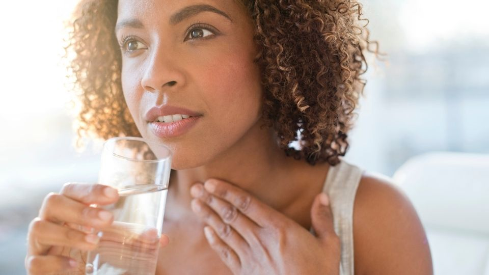 woman sorethroat - Recurring sore throat that does not go off with medication