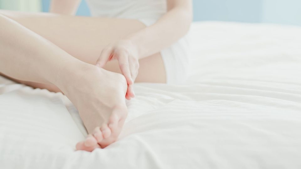 feet crackedheels - Cracked skin and dry skin on the heel area of the feet indicate postural imbalance