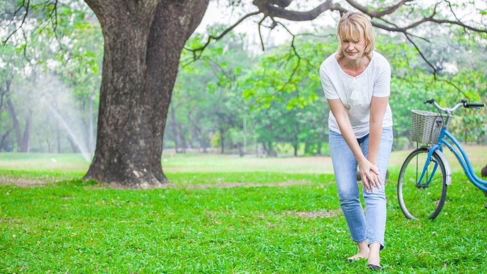 woman kneepain - Knee Pain & Feelings of Lack of Support in Life