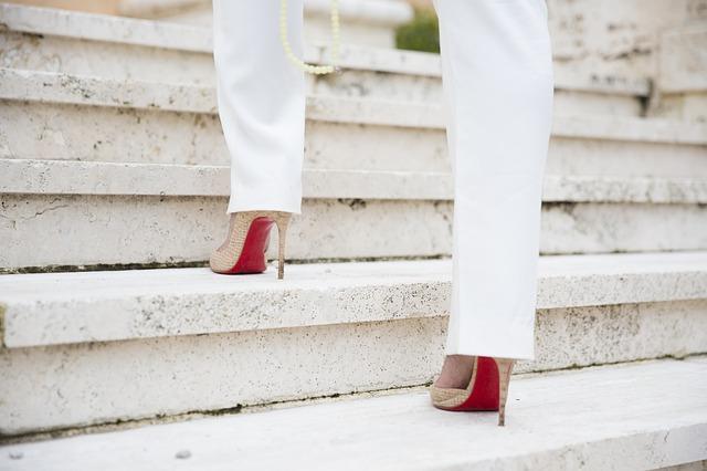 walk steps heels - Why people walk or run with loud footsteps?